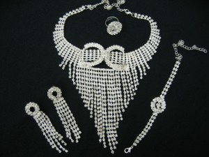 This beautiful 1920's inspired jewellery set will add a little sparkle to any special occasion